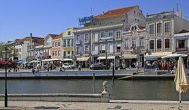 Vattenkanal och gata i centret av Aveiro arkivbilder