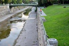 Vattenkanal som korsar en parkera i Wien royaltyfria foton