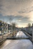 Vattenkanal till och med stad. Royaltyfri Foto
