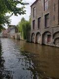 Vattenkanaltur i Bruges med gamla byggnader Arkivfoto