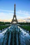 Vattenkanoner av trädgårdar av Trocadero, Eiffeltorn och EU-stjärnorna, Paris, Frankrike Royaltyfri Fotografi