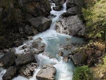 Vattenkaskad i bergen av Abchazien Royaltyfri Foto