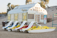 Vattenkatamaran är på sanden framme av ett kafé på stranden i ottan Royaltyfria Foton