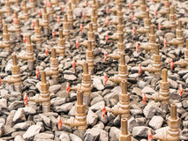 Vattenklapp av springbrunndomstolen, closeup bland grus Arkivfoton