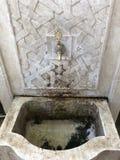 Vattenklapp i dekorativ installation royaltyfri bild