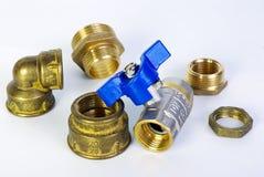 Vattenklapp och monteringar för vattenförsörjning Rörmokerifasta tillbehör och leda i rördelar Sanitära och tekniska arbeten Arkivbilder