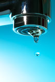 Vattenkoppling med en droppe royaltyfria foton