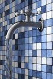 Vattenkoppling på blå tegelplattasida Arkivfoto