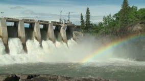 Vattenkraftfördämning med regnbågemedelskottet arkivfilmer