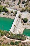 Vattenkraftstation med dumt på grönt vatten Royaltyfri Fotografi