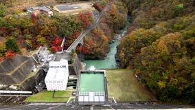 Vattenkraftväxt på den Ogochi fördämningen eller sjön Okutama stock video
