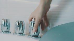 Vattenkran för öppen metall för flicka glödande av badkaret i badrum Vatten hygien tvätt lager videofilmer