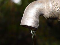 Vattenkran med vattendroppe Fotografering för Bildbyråer