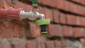 Vattenkran som förlorar vatten i droppar stock video
