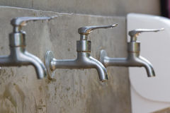 Vattenkranar i badrummet Arkivfoto