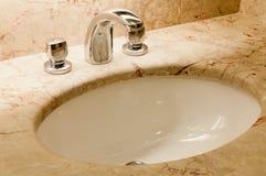 vattenkranen behandlar vaskwhite Fotografering för Bildbyråer