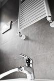Vattenkranen med bevattnar och värmeapparaten royaltyfri bild