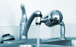 Vattenkranmonteringen bevattnar filtrerar Arkivfoton