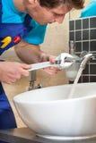 Vattenkranreparation arkivfoto