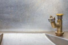 Vattenkranrostfritt stål - rinnande vatten Royaltyfria Bilder