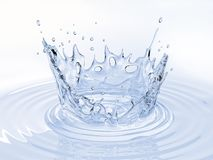Vattenkronafärgstänk i en vattenpöl på vit royaltyfria bilder