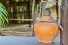 Vattenkrus av den forntida thailändska templet Royaltyfri Fotografi