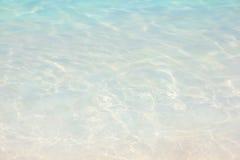 Vattenkrusningsbakgrund, tropisk klar strand. Semester Arkivfoton