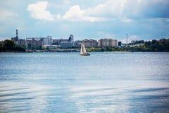 Vattenlandskap med fartyget Berdsk flodave, Novosibirsk oblast Royaltyfri Bild