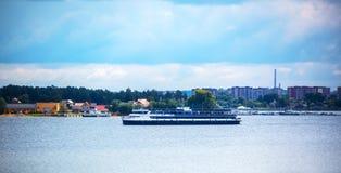 Vattenlandskap med fartyget FlodBerden, Novosibirsk oblast, S Arkivfoton