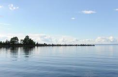 Vattenlandskap på en klar dag för sommar Blå sky, oklarheter Öar långt borta Arkivfoton
