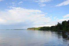 Vattenlandskap på en klar dag för sommar Blå sky, oklarheter Öar långt borta fotografering för bildbyråer