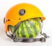 Vattenmelon i en hjälm arkivbild