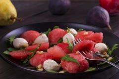 Vattenmelon-, Mozzarellaost och Arugulasallad med sörjer muttrar Sund vegetarian och Detoxsallad Royaltyfri Fotografi