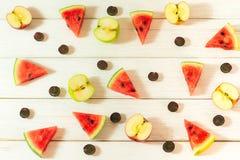 Vattenmelon och äpplen som klipps in i små stycken royaltyfria foton