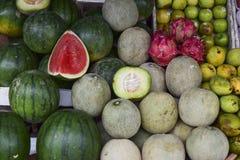 Vattenmelon och frukter i marknaden arkivfoton