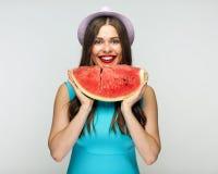 Vattenmelon och härlig le flicka med röda kanter royaltyfri foto