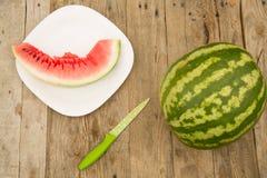 Vattenmelon på en trätabell arkivbilder