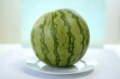 Vattenmelon på plattan Arkivfoto