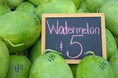 Vattenmelon på skärm med ett tecken i den Rarotonga marknadskocken Isla Arkivfoton