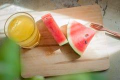 Vattenmelon på träplattan arkivfoton