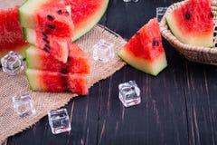 Vattenmelon p? tr?bakgrund arkivfoto