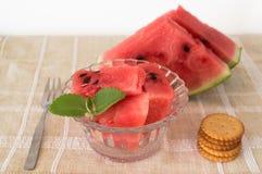Vattenmelon skivar efterrätten i den glass bunken med smällare Arkivfoton