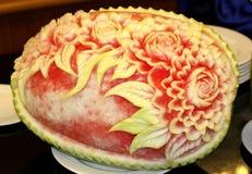 Vattenmelon som snider konst Arkivfoton