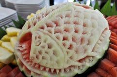 Vattenmelon som snider på matuppsättningar Arkivbilder