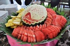 Vattenmelon som snider på matuppsättningar Arkivbild