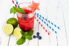 Vattenmelonblåbärmojito Patriotisk drinkcoctail för 4th av det Juli partiet Arkivbild
