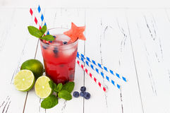 Vattenmelonblåbärmojito Patriotisk drinkcoctail för 4th av det Juli partiet Arkivfoto