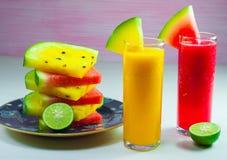 Vattenmelonfruktfruktsaft och ny vattenmelonfrukt Royaltyfria Foton