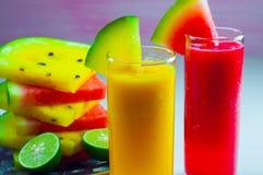 Vattenmelonfruktfruktsaft och ny vattenmelonfrukt Arkivbild