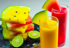 Vattenmelonfruktfruktsaft och ny vattenmelonfrukt royaltyfri foto